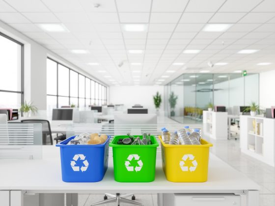 Bacs de recyclage sur un bureau - Nikita Nettoyage Paris